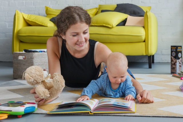 英語タッチペン絵本を読む子供