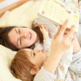 英語絵本を読む子供