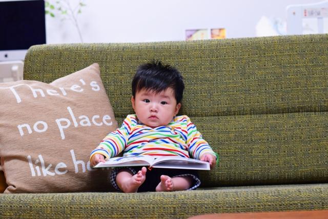 英語の絵本を読む子供
